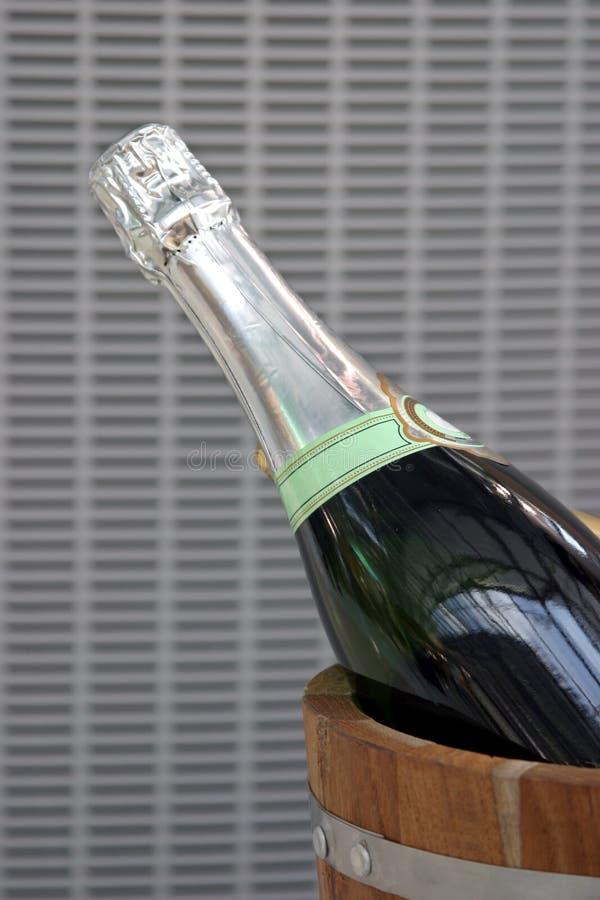 Champagne im hölzernen Eimer stockfotos