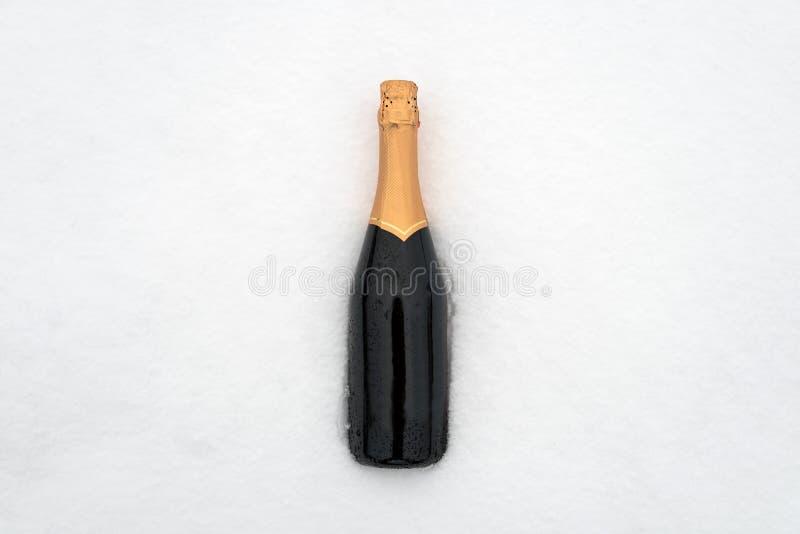 Champagne imbottiglia la neve fotografia stock