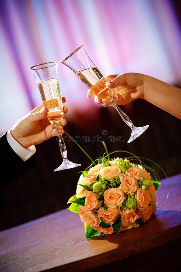 Champagne in mani fotografie stock