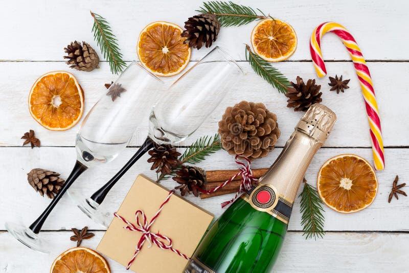 Champagne med exponeringsglas och julpynt på en träbac arkivbilder