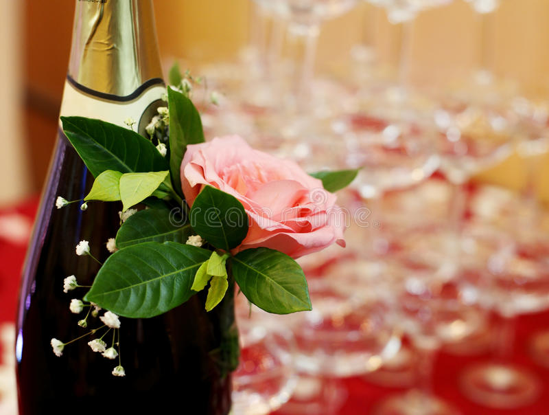Champagne met roze close-up stock afbeelding