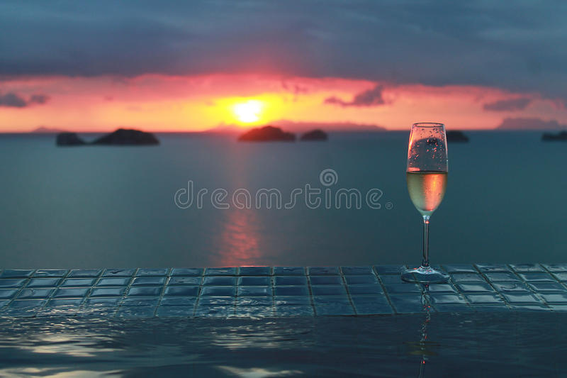 Champagne met zonsondergang met mooi klein eiland royalty-vrije stock afbeelding