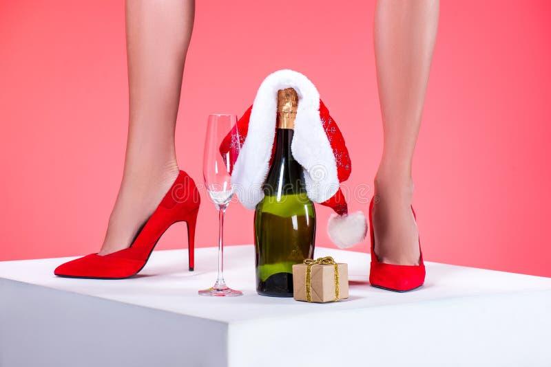 Champagne mit Sankt-Hut und -geschenk stockfotografie