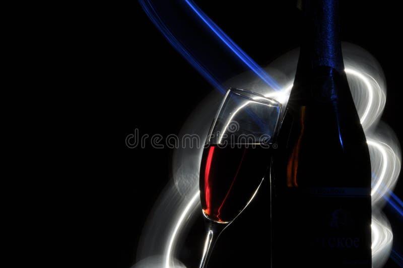 Champagne na v?spera do ` s do ano novo alargamentos Cumprimentos do ` s do ano novo Felicidade e divertimento imagens de stock royalty free