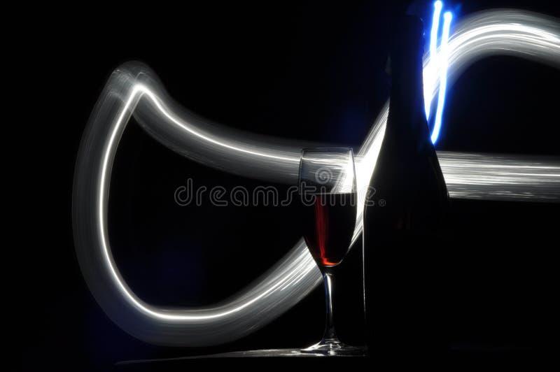 Champagne na v?spera do ` s do ano novo Alargamentos de Fajerwerek Cumprimentos do ` s do ano novo Felicidade e divertimento imagem de stock royalty free