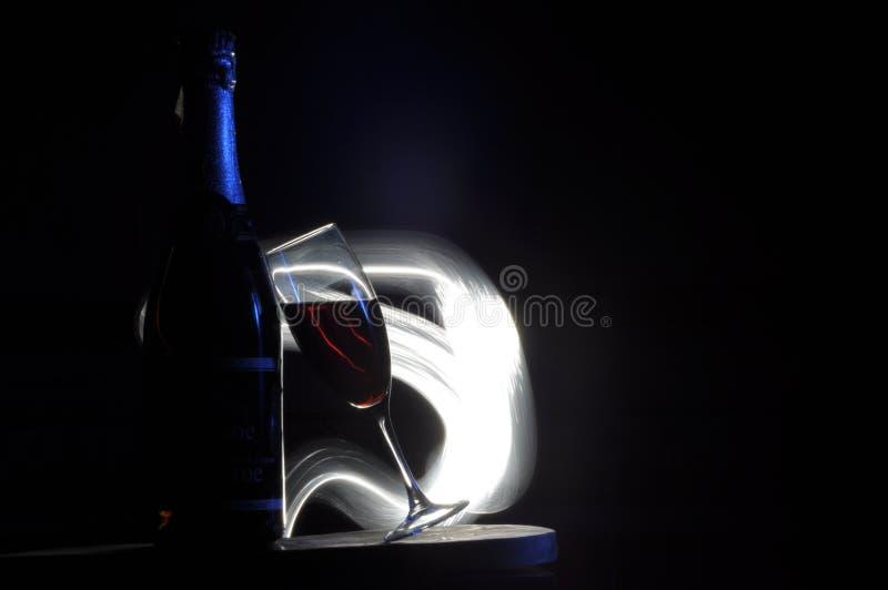Champagne na v?spera do ` s do ano novo Alargamentos de Fajerwerek Cumprimentos do ` s do ano novo Felicidade e divertimento fotografia de stock royalty free