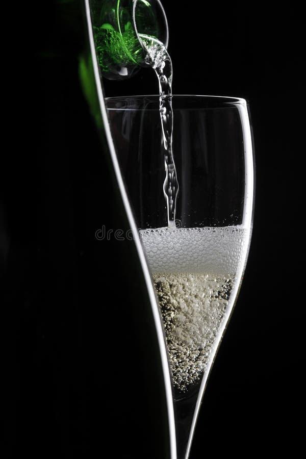 Champagne no fundo preto imagens de stock royalty free