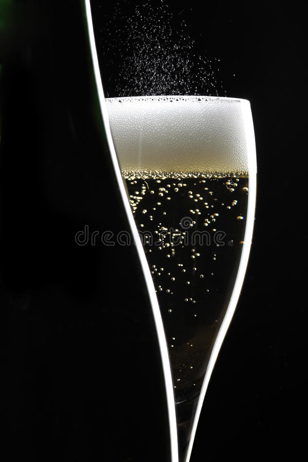 Champagne no fundo preto imagem de stock royalty free