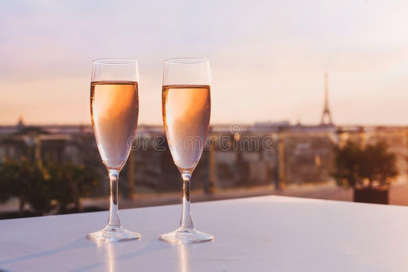 Champagne no restaurante com vista da torre Eiffel em Paris fotografia de stock