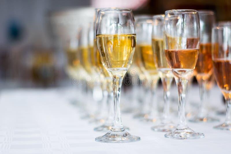 Champagne nos vidros imagens de stock royalty free