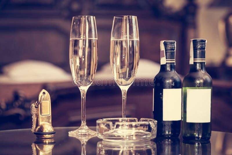 Champagne och antikviteten stämmer i en lägenhet för lyxigt hotell fotografering för bildbyråer