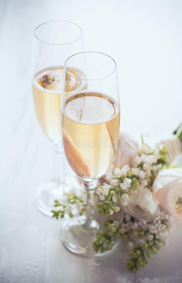 Champagne och en härlig bukett arkivbilder