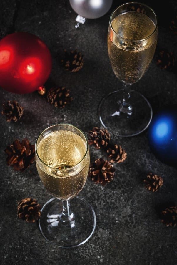 Champagne och julpynt royaltyfria bilder