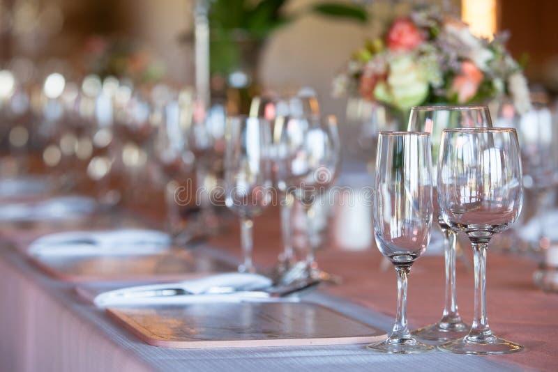 Champagne- och vinexponeringsglas på den dekorerade tabellen på bröllopreceptien royaltyfri bild