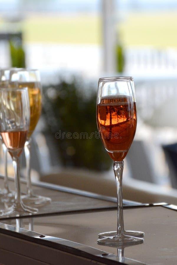 Champagne pétillant attrayant images libres de droits