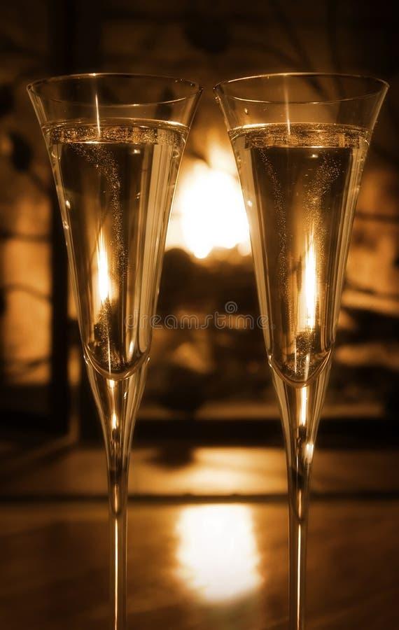 Champagne pétillant par l'incendie photo stock