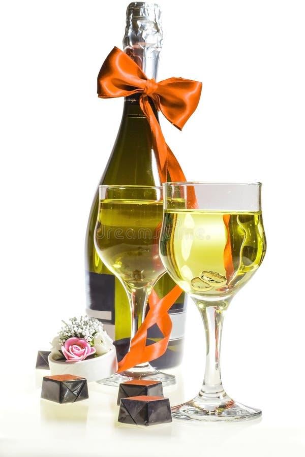 Champagne para o dia do casamento e os anéis fotografia de stock royalty free