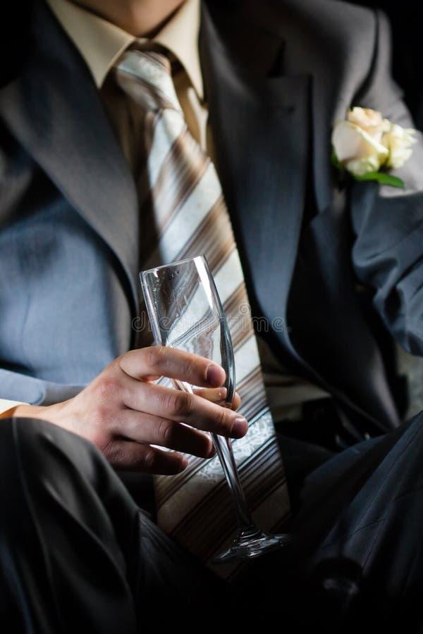 Champagne para o noivo na limusina fotos de stock