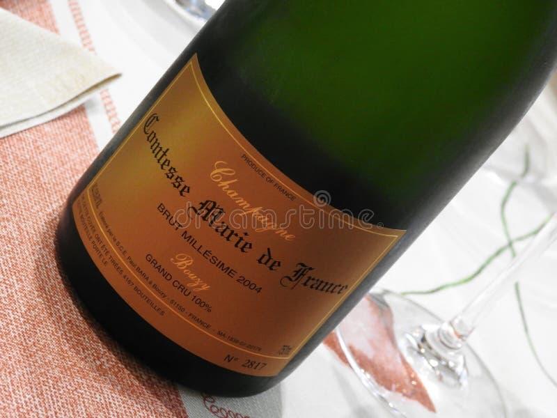 Champagne Paul Bara Comtesse Marie de France på tabellen royaltyfria bilder