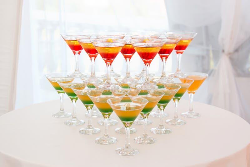 Champagne-piramide met serveerster op gebeurtenis, partij of van het huwelijksbanket ontvangst royalty-vrije stock foto