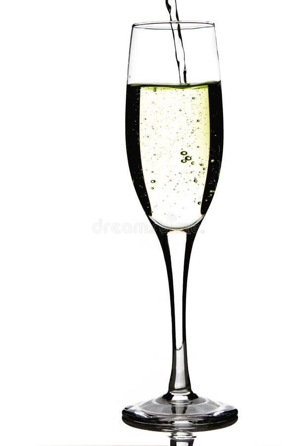 Champagne pleuvant à torrents dans une glace photo libre de droits
