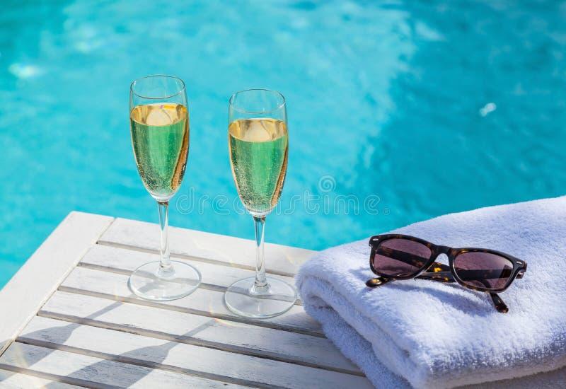 Champagne am Pool lizenzfreie stockbilder