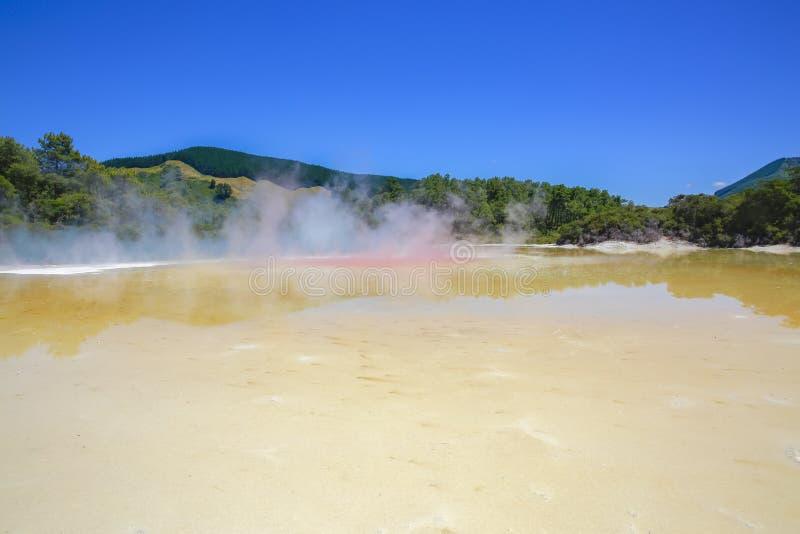 Champagne Pool au pays des merveilles géothermique de Wai-O-Tapu, Rotorua, NZ images libres de droits