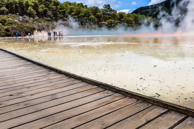Champagne Pool en la reserva termal de Waiotapu, Rotorua, Nueva Zelanda imagen de archivo libre de regalías