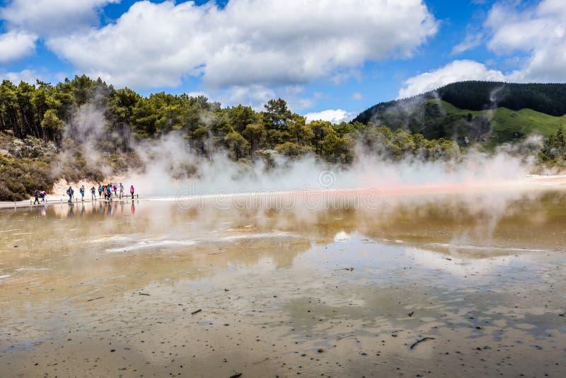 Champagne Pool en la reserva termal de Waiotapu, Rotorua, Nueva Zelanda fotografía de archivo