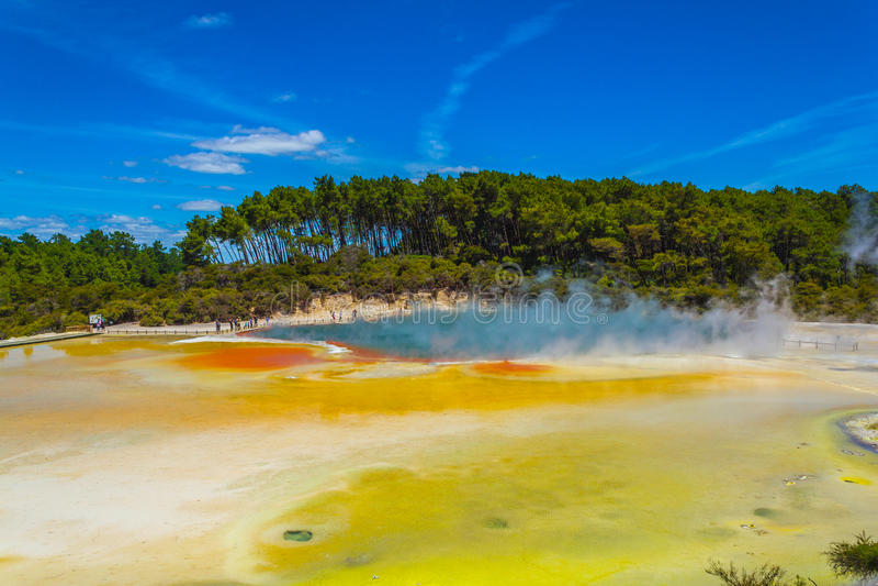 Champagne Pool en Wai-O-Tapu o las aguas sagradas fotos de archivo