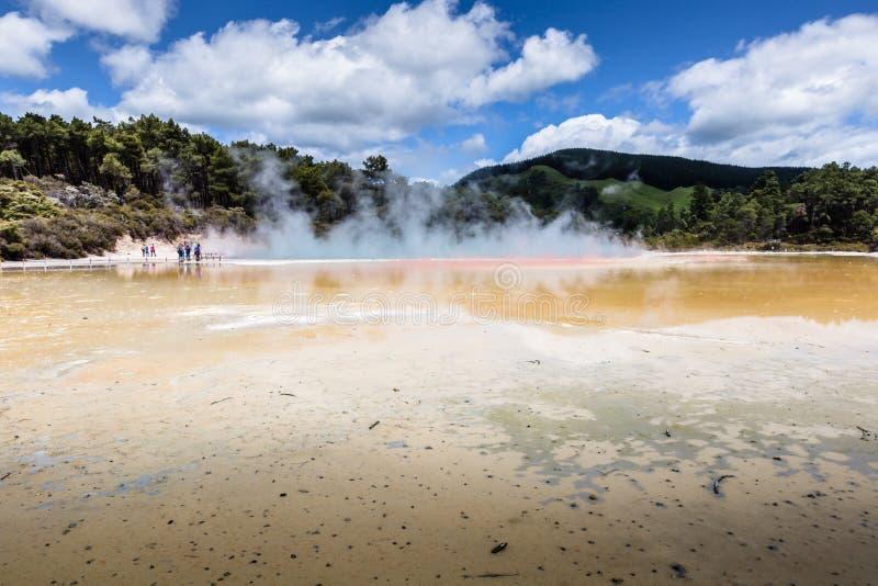 Champagne Pool nella riserva termica di Waiotapu, il Distretto di Rotorua, Nuova Zelanda fotografia stock libera da diritti
