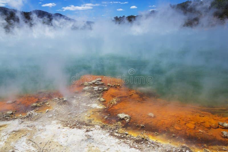 "Champagne Pool in Wai-O-Tapu oder heiliges Wasser †""thermischem Märchenland Rotorua Neuseeland lizenzfreies stockbild"