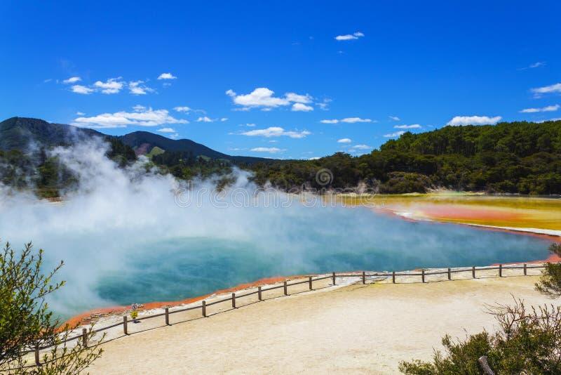 """Champagne Pool in Wai-O-Tapu oder heiliges Wasser †""""thermischem Märchenland Rotorua Neuseeland lizenzfreie stockbilder"""