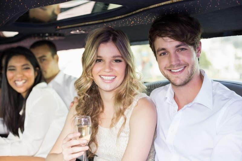 Champagne potable bien préparé de personnes dans une limousine photo libre de droits