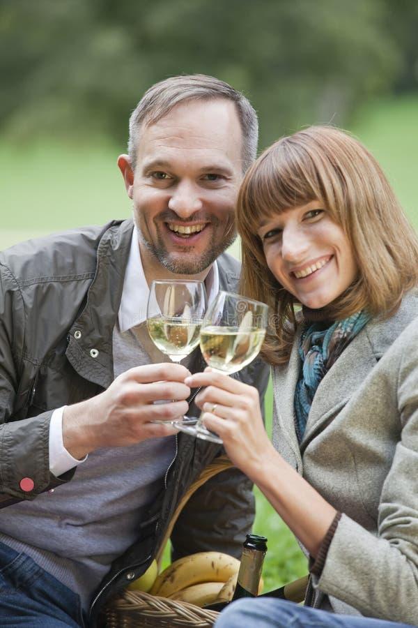 Champagne potable de couples d'amour photographie stock libre de droits