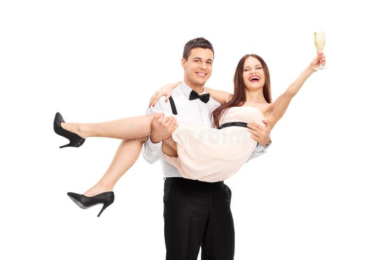 Champagne potable de jeunes couples et amusement de avoir photo libre de droits