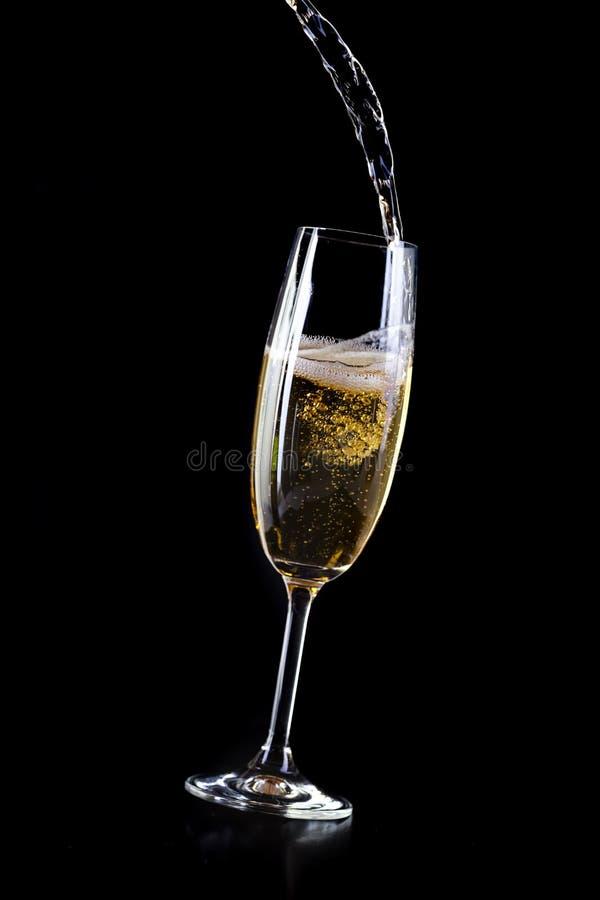 Champagne que derrama no cristal fotografia de stock royalty free