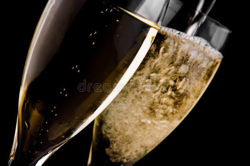 Champagne que está sendo derramado em uma flauta fotos de stock