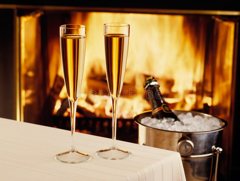 Champagne que refrigera pelo incêndio foto de stock