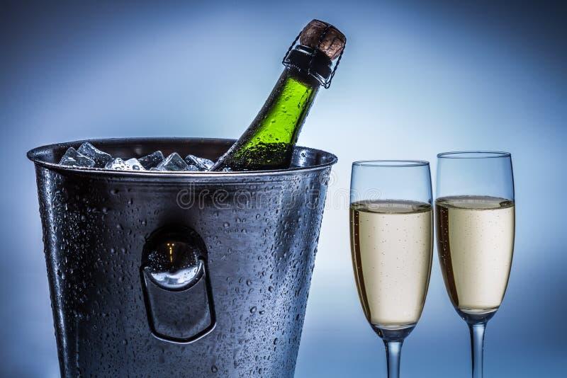 Champagne raffreddato freddo in secchiello del ghiaccio immagini stock libere da diritti
