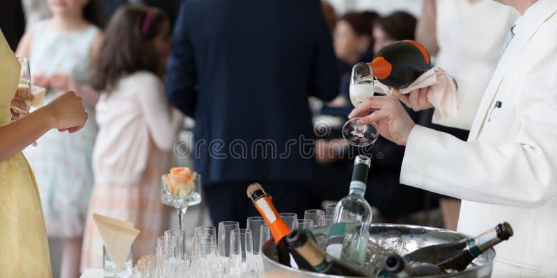Champagne se renversant de serveur photographie stock libre de droits