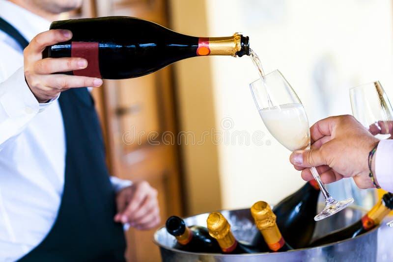 Champagne se renversant de serveur image libre de droits