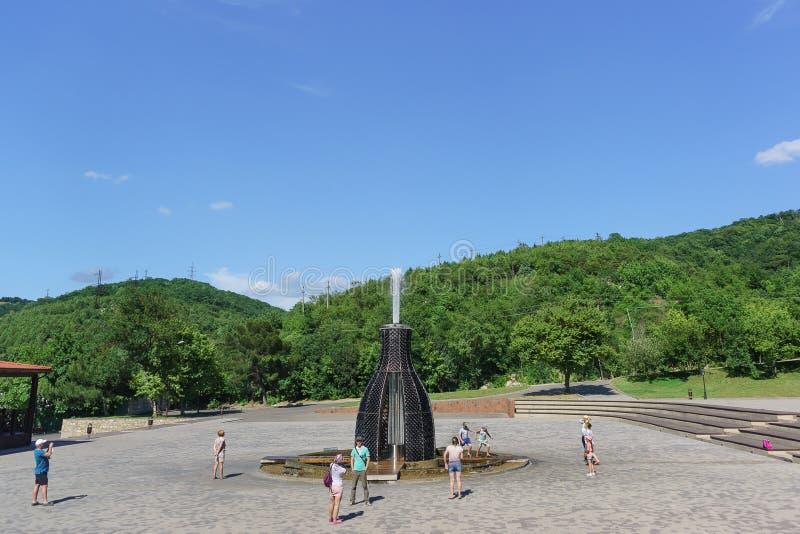 Champagne Spray Fountain auf dem geneigten Quadrat von Alexander II. Heißer Sommer-Tag stockfotos