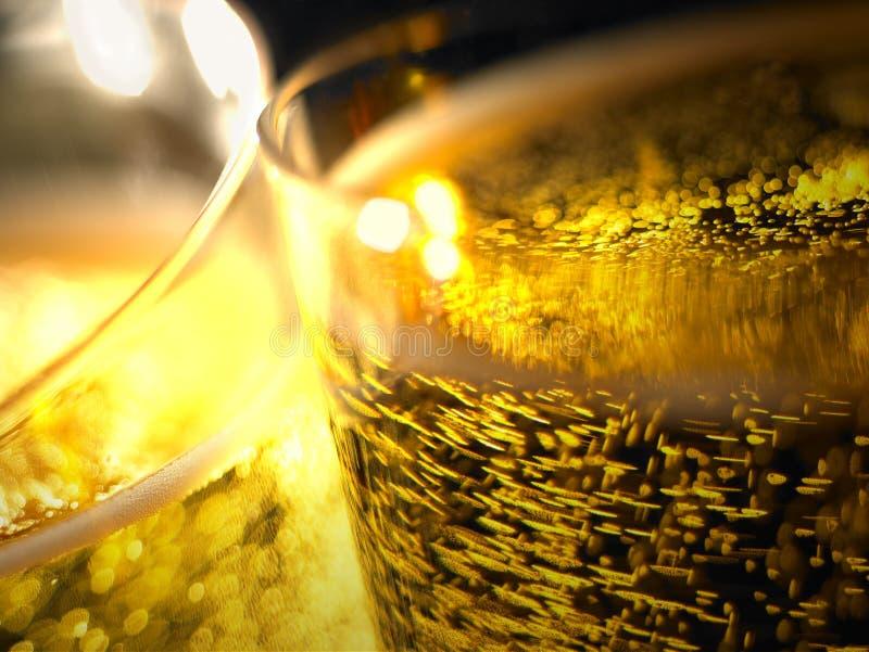 Champagne sprudelt Detail in Gläsern stockbild