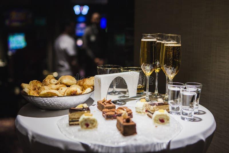 Champagne su una tavola in un vetro su una tavola rotonda fotografie stock libere da diritti