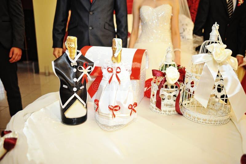 Champagne sur la robe drôle photographie stock