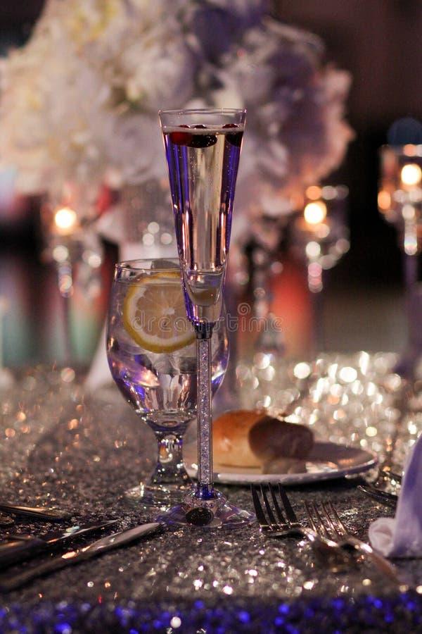 Champagne Toast con i mirtilli rossi per la decorazione immagine stock libera da diritti