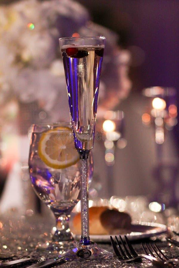Champagne Toast con i mirtilli rossi per la decorazione immagini stock