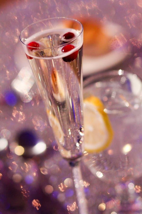 Champagne Toast con i mirtilli rossi per la decorazione fotografie stock libere da diritti