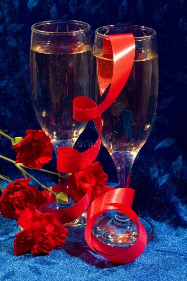 Champagne und Blumen stockbilder